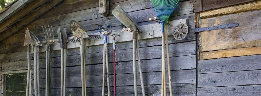 meuble de rangement des outils de jardin