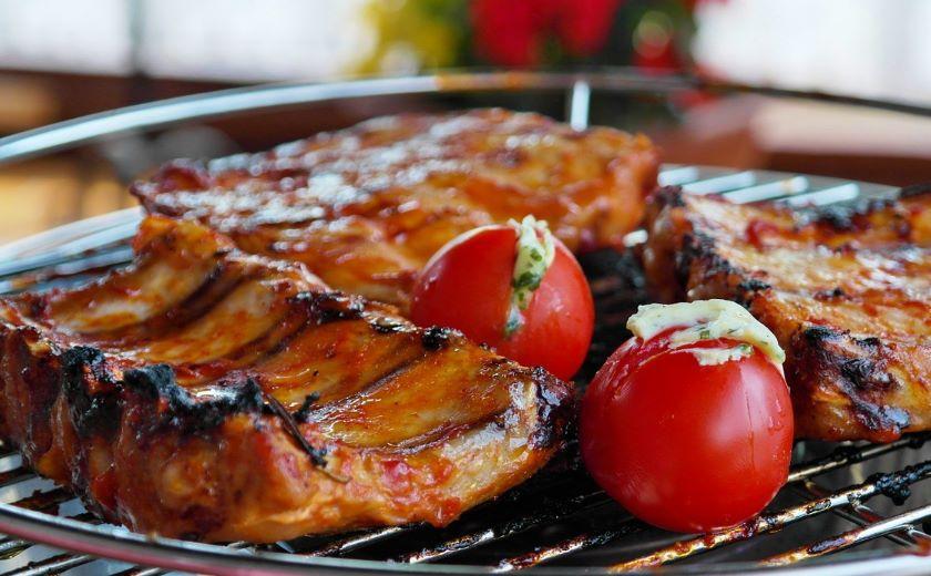 Viande et légumes cuits au barbecue électrique