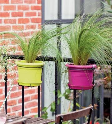 pots en plastique sur balcon